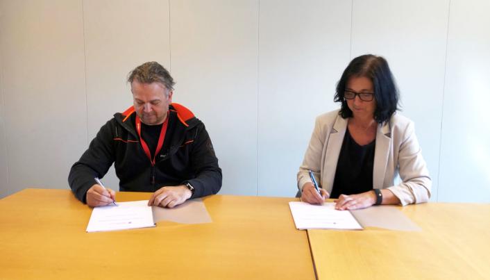 Kontraktsignering: Vegar Falsten, daglig leder for Ekplosivhund.no, og Kathrine Løno Lahlum, leder for Utbygging Sør i Vestland fylkeskommune.