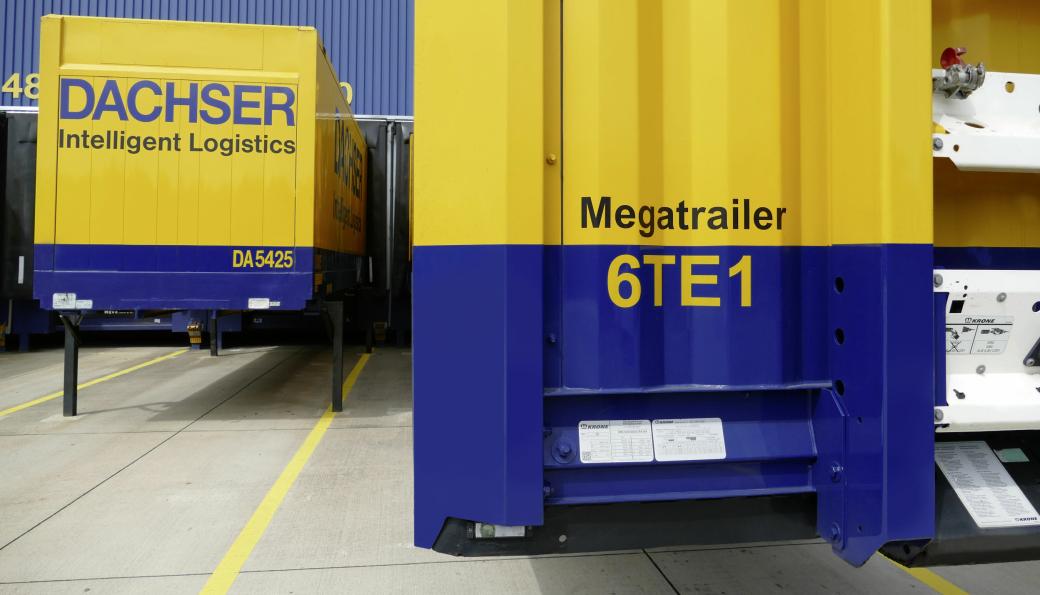 Megatrailer. Blåfargen viser at denne semitraileren har lavere gulv og dermed høyere lasterom enn for eksempel containeren til venstre.