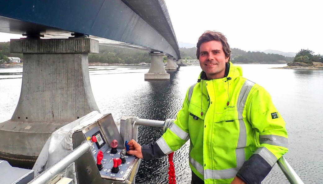 Christian Lønøy fra Multiconsult utfører inspeksjon på Spissøybrua i Bømlo.
