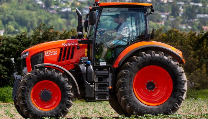 Petter og Vendela tok seg en svingom med en Kubota M7-173 traktor i forbindelse med kunngjøringen av samarbeidet mellom den ferske entreprenøren og importøren Nellemann Machinery AS.