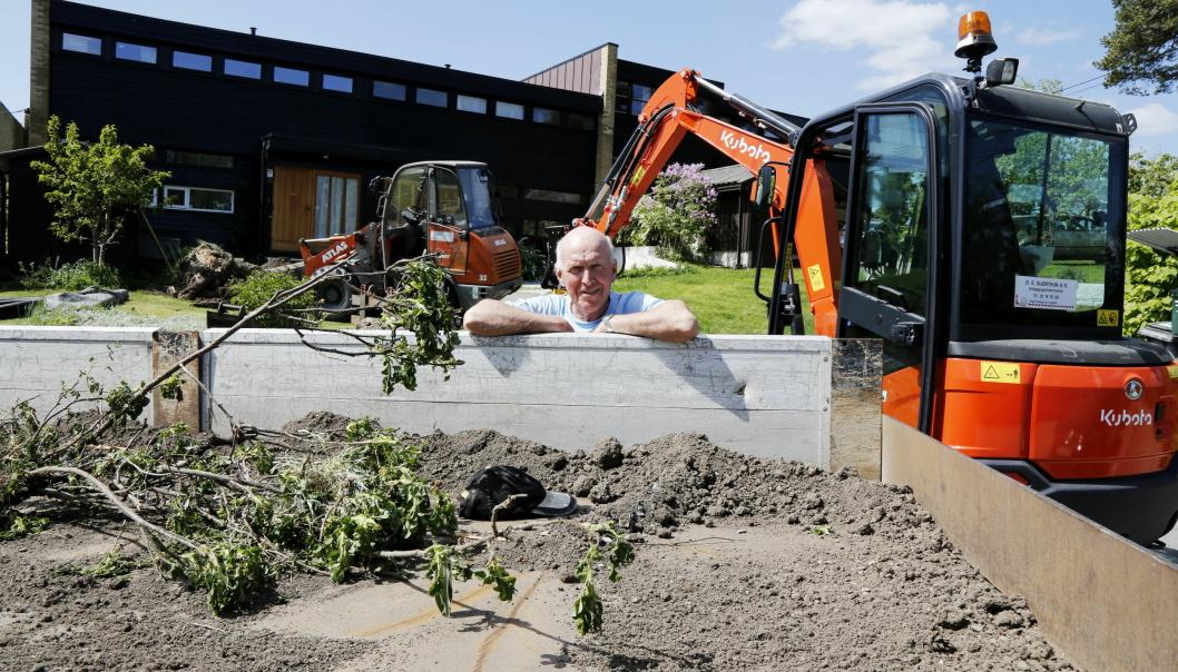 47 ÅR ALENE: Odd-Egill Bjørthun har drevet for seg selv i 47 år, og som AS i OE. Bjørthun AS siden 1987. Her er bilen, graveren og hjullasteren som han har med seg rundt.