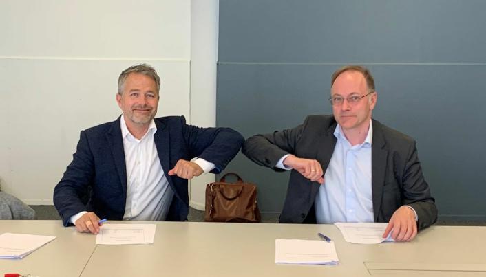 Kristoffer Andenæs og Tor Arne Mitskogen signerte konktrakten om bygging av Helgerudkvartalet.