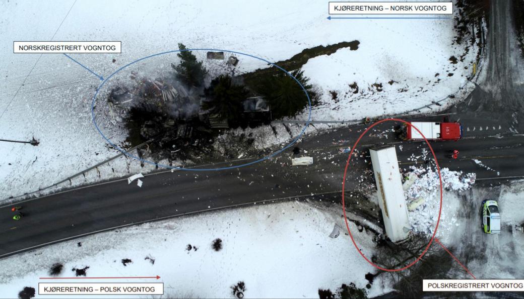 Ulykkesstedet. De to involverte vogntogene og tilhørende kjøreretning er markert.