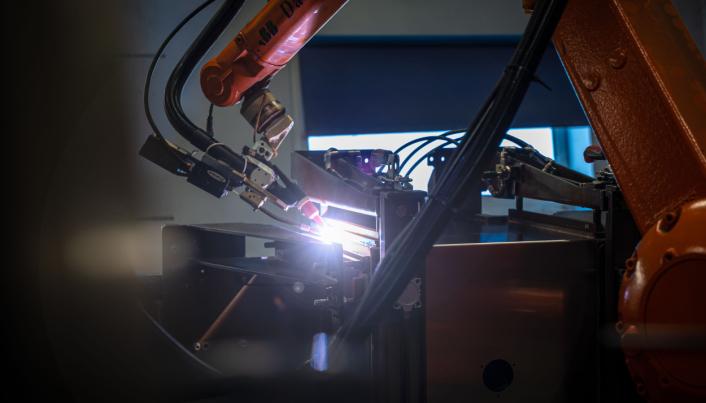 <strong>AUTOMATISERT:</strong> Avanserte sveiseroboter i produksjonen av BevoBox™ i Danmark.