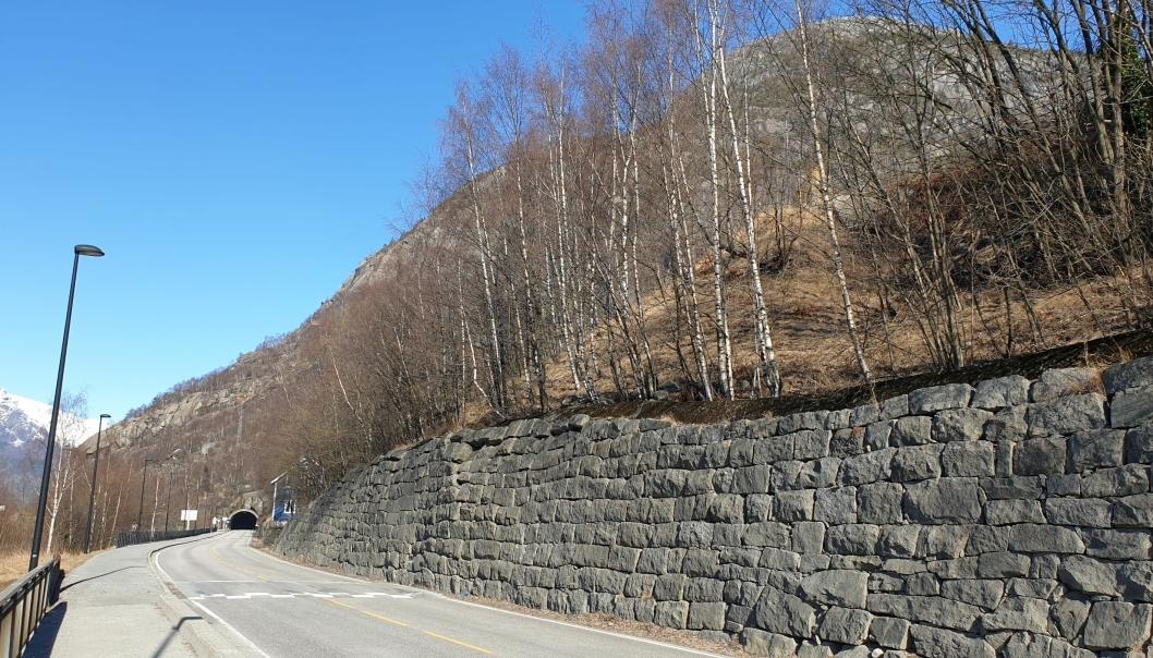 Løsmassene langs denne muren på riksvei 13 i Tyssedal i Ullensvang kommune skal sikres.