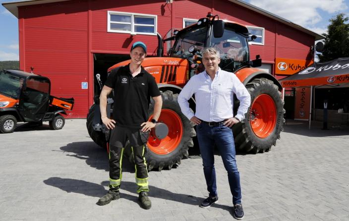 SAMARBEID: Petter Pilgaard og Kubota-importør Nellemann Machinery har inngått en samarbeidsavtale. Her er Pilgaard sammen med daglig leder Kjetil Nilsson (høyre) i Nellemann Machinery. Foto: Klaus Eriksen