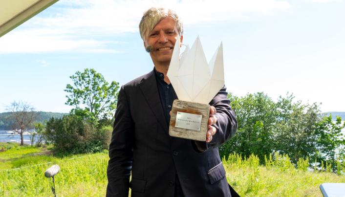 Juryleder Ola Elvestuen «gir» BIR prisen for årets sirkulære bedrift 2021.