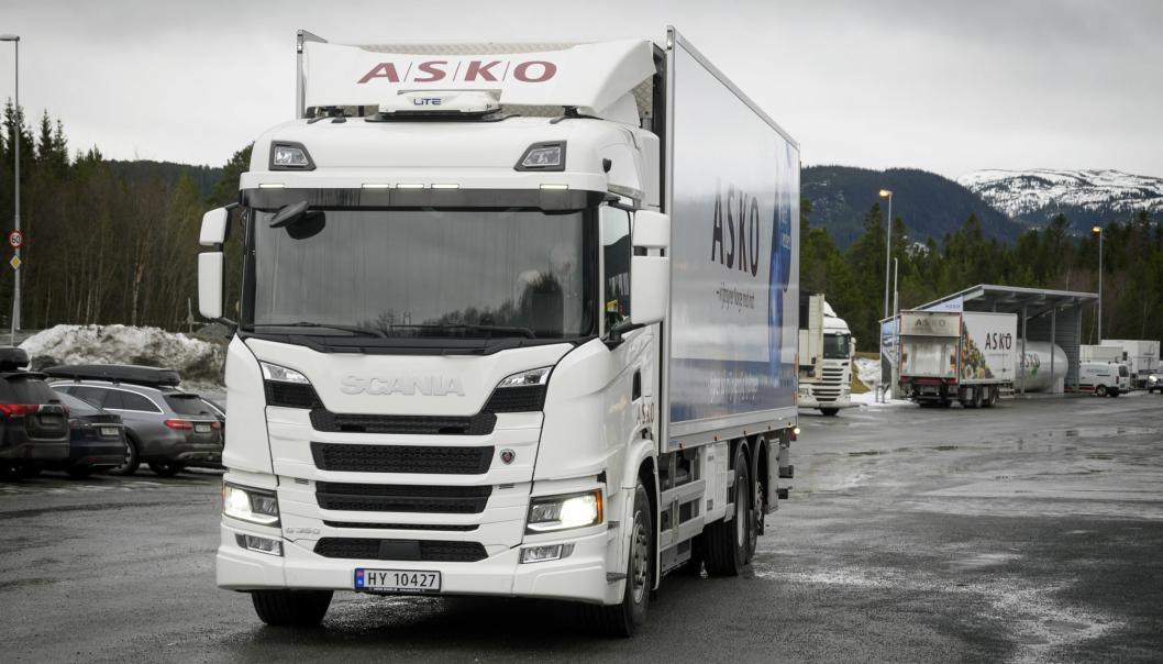 Asko har tatt i bruk fire hydrogendrevne lastebiler. Nå ber Svein Sollie, konsernansvarlig for transportområdet i Asko, regjeringen få fart på utbyggingen av fyllestasjoner for lastebiler.