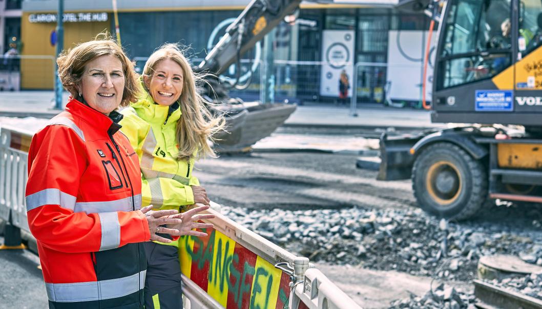Veidirektør Ingrid Dahl Hovland i Statens vegvesen (t.v.) og direktør i Maskinentreprenørenes Forbund, Julie Brodtkorb, ber bilistene ta hensyn til dem som jobber ute på veien.