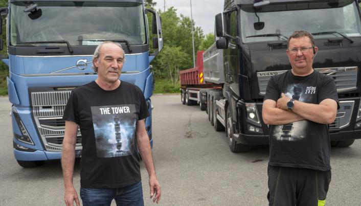 OPPGITTE: Både Volvo-selger Øyvind Nicolaysen og Roger Karlsen står maktesløse. Karlsens nye bil har stått klar en måned, men får ikke skilter før dokumentasjonen er godkjent hos SVV.