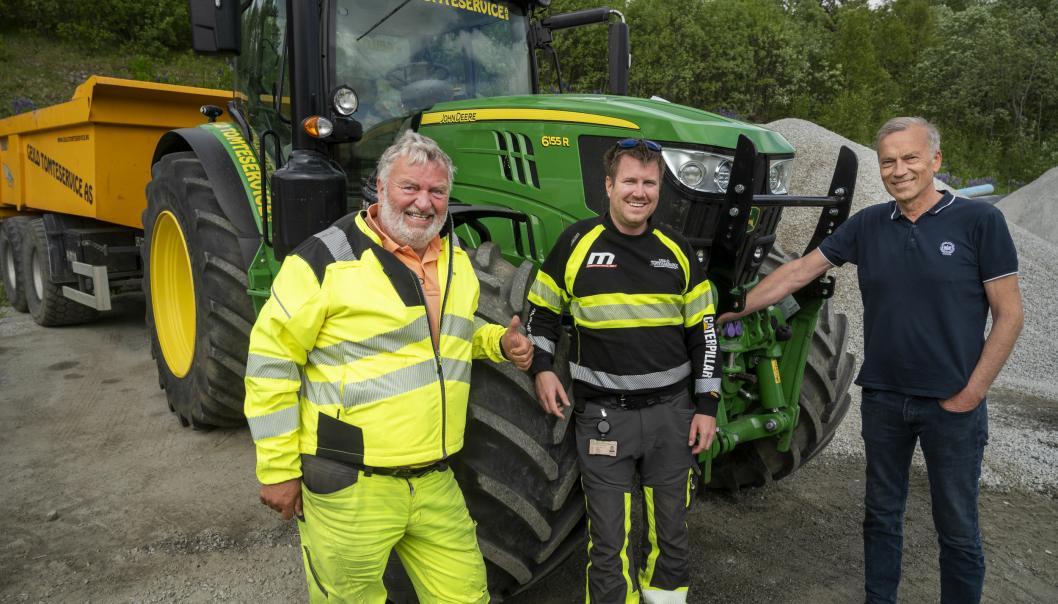 ENDRET: Hans Petter Nässelqvist (t.v) i Geilo Tomteservice kjøpte i mange år bruktimporterte traktorer. Nå kjøper han driftsleder det meste av traktorer og utstyr av Ole Kolbjørn Brenn på Felleskjøpet på Gol.