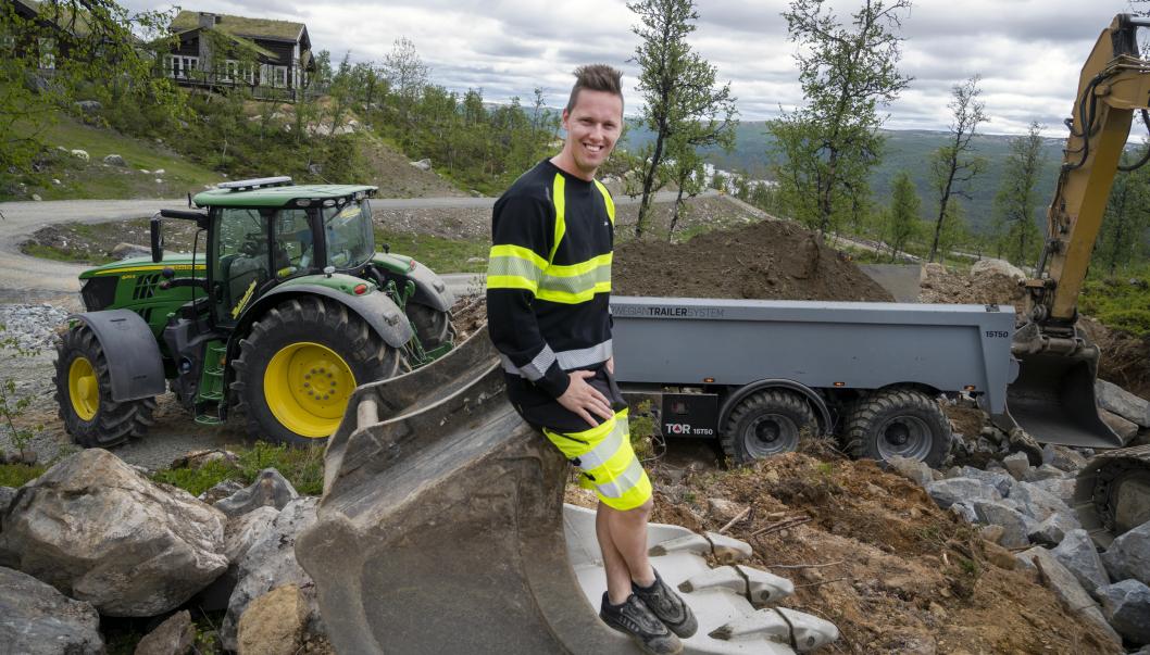 FORNØYD: Jonas Bekkestad startet for seg selv i fjor, og er storfornøyd med både traktor og henger.