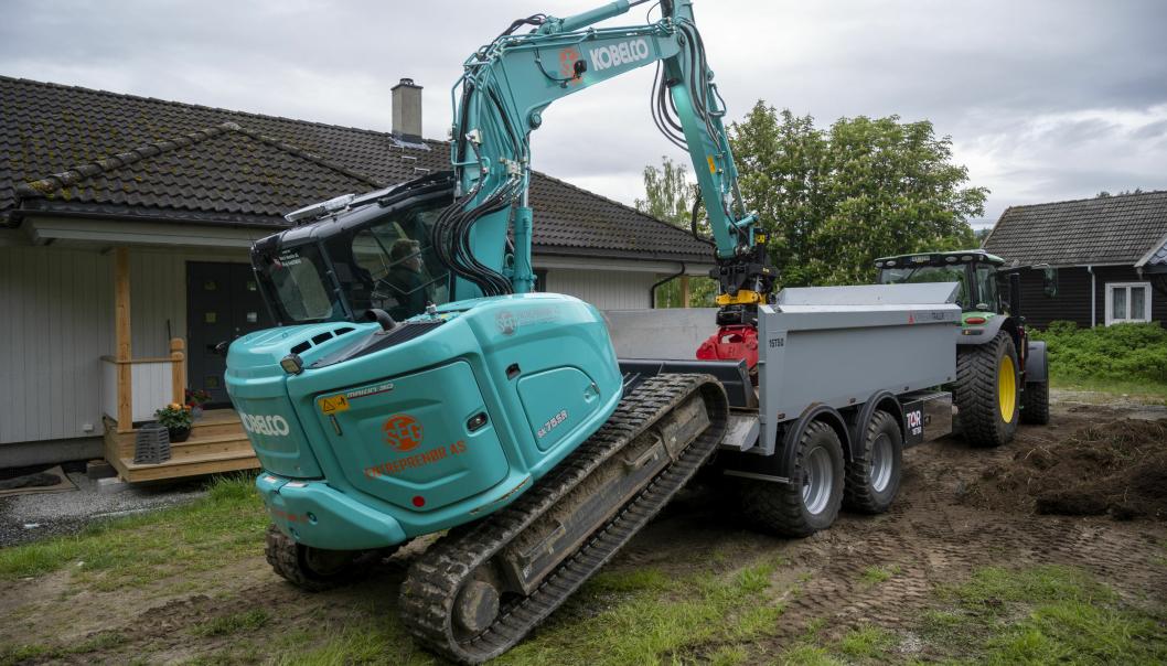 TEAM: Sigurd Gandrudbakken kjører både traktoren og 8-tonneren til SEG på Flå. Det er en god kombinasjon.