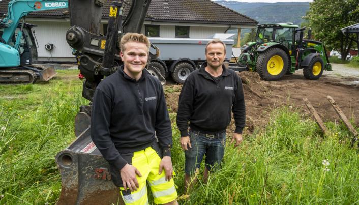 FLEKSIBLE: Sigurd (t.v.) og Svein Erik Gandrudbakken bruker traktoren på jobber med korte distanser.