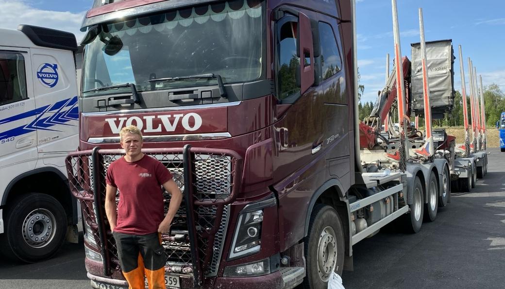 Sjåfør Syver Simensen hos Weensvangen Ved og Olje AS er innom Volmax Hamar for montering av sensorer for logging av data til prosjektet.