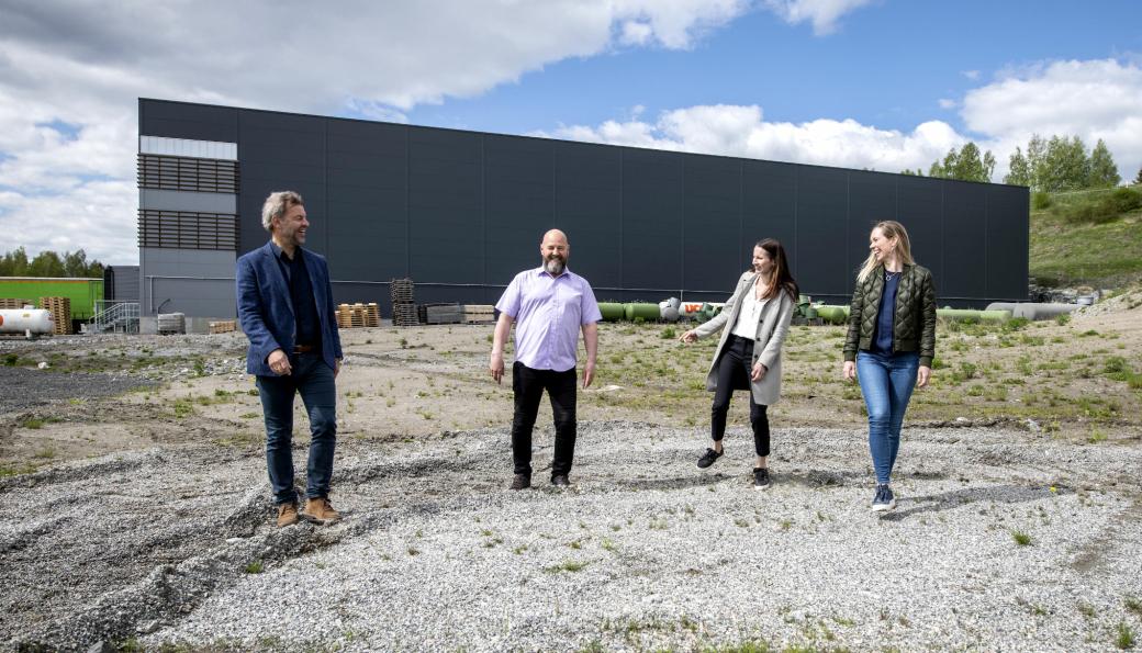 Hallgruppens ledelse avbildet på tomta der det skal bygges. Fra venstre: Lars Dalgaard, CEO, Robert Kristiansen, avdelingsleder bygg, Merete Skogrand Nymoen, marketing manager og Siri White, prosjektsjef bygg.