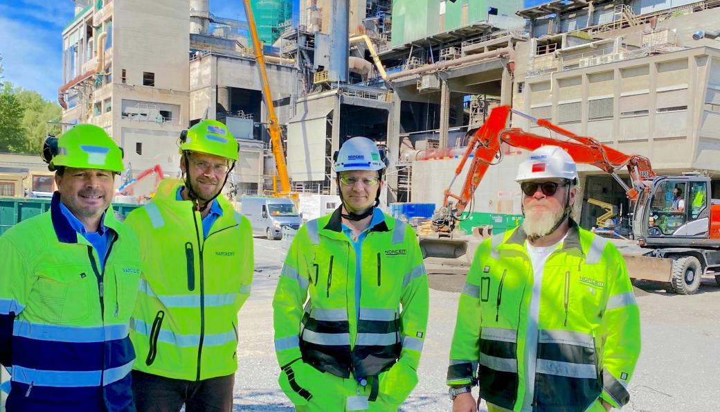 Denne kvartetten ser frem til å starte opp arbeidene med det unike karbonfangst-anlegget på Norcem-fabrikken i Brevik. Fra venstre: Fagselger modul i Ramirent; Ragnar Davidsen, prosjektleder modul i Ramirent; Åge Andreassen, prosjekt- og logistikksjef ved Norcem Brevik; Sjur Wiggo Jensen og prosjektleder grensesnitt CCS ved Norcem Brevik; Trond M. Høyseth Tangen.