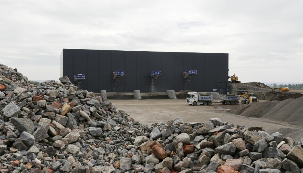 MILJØPARK: Her henter en lastebil fra Mr. Pukk AS et lass med vasket gjenbruksmasser fra Nes Miljøpark utenfor Oslo. Ut av bygget kommer fire ulike fraksjoner.