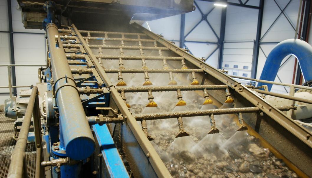 VASKES: Massene passerer spyledyser en rekke ganger i vaskeprosessen. Foto: Nes Miljøpark