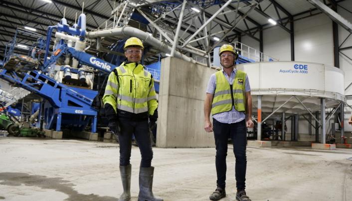 NYTT ANLEGG: Daglig leder Thomas Henriksen (t.v.) og markedssjef Stian Slydal viser stolt anlegget som er under tak.