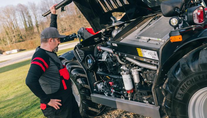 Motor og diverse servicepunkter er plassert lavt for best mulig utsikt til høyre.