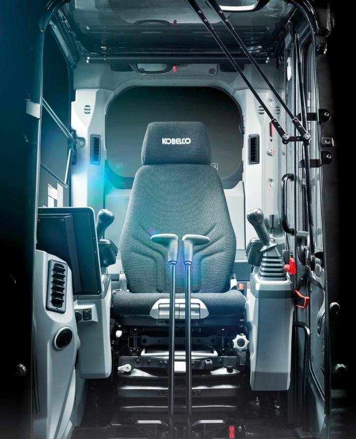 FØRERMILJØ: Med sitt nye Performance X Design-konsept har Kobelco lagt mye arbeid i å skape et godt førermiljø med enkle arbeidsforhold for maskinføreren. Foto: Kobelco