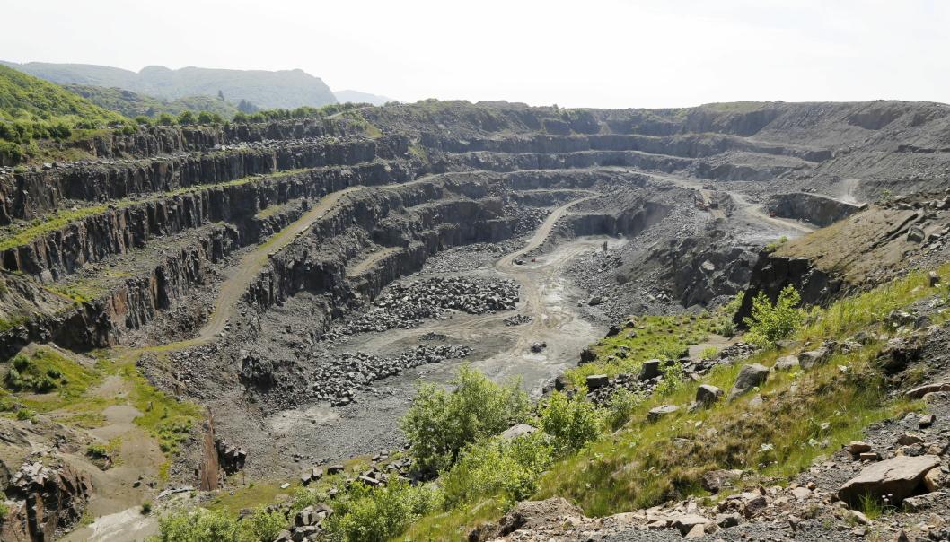 KRATER: I Vallnesbruddet er det tatt ut 8 millioner faste kubikk fjell. Nå ser NOAH som har kjøpt Rekefjord Stone, på mulighetene for å fylle opp bruddet og etablere industri her.