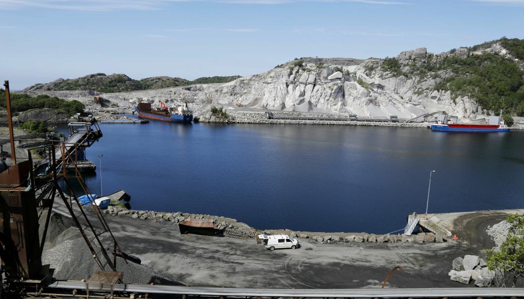 DYPVANNSHAVNER: Med rundt 650 skipsanløp i Rekefjord i året, er det behov for flere dypvannskaier. Stein hentes på begge sider av dette sundet, og det er ulike bergarter på hver side.