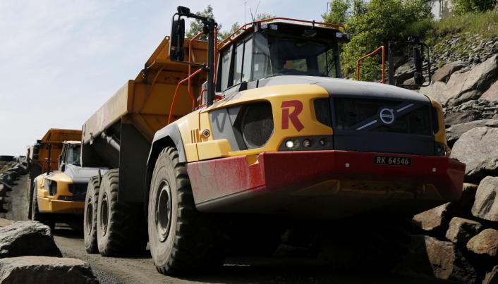 2 MILLIONER TONN: Rundt to millioner tonn stein i året tas ut i bruddet i øst og vest i Rekefjord. Risa AS er innleid entreprenør.