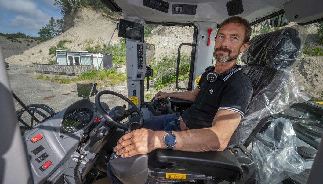 ERGONOMIEN: Espen Olsen i Nasta har fått de forbedringene han ønsket seg på nye ZW220-7. Konsoller integrert i setet og bedre oversikt skal gjør arbeidsdagen enda bedre.