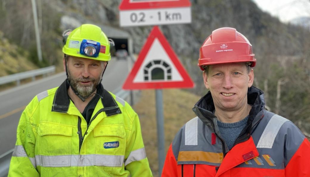 Prosjektleder Jan Lima i Hæhre Entreprenør AS og byggeleder Edvin Rye i Statens vegvesen markerer gjennomslag i tunnelen i Kvamskleiva denne uken.