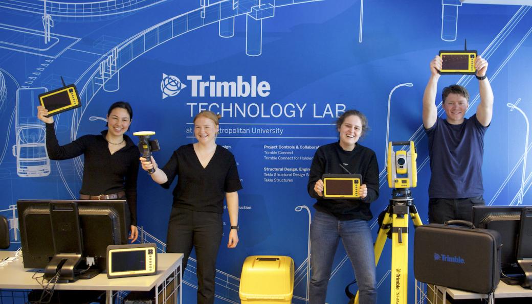 Studenter fra OsloMet viser frem utstyret i det nye laboratoriet.