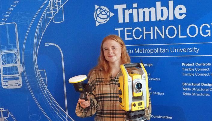 Nyutdannet byggingeniør Cecilie Erland i det nye laboratoriet på OsloMet. Nå har hun sommerjobb i Trimble.
