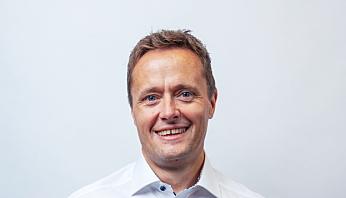 TYNNERE: Smøreoljene som benyttes bir stadig tynnere for mindre innvendig friksjon i motorene, forteller, salgssjef Geir Eikemo i Univar Solutions.
