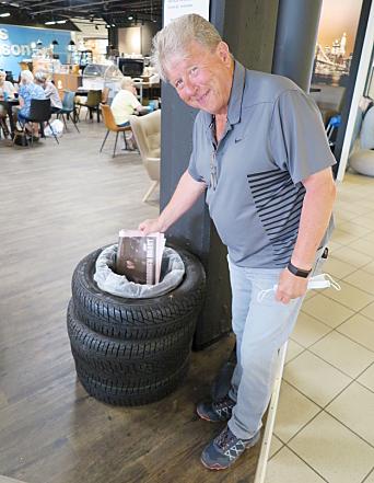 SØPPELKASSE: Aviser og rester etter måltidet kan plasseres her i en dekkinspirert søppelkasse, viser Frank Larsen.