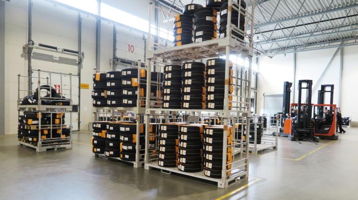 PÅ FELG: Ferdigmonterte dekk på originalfelger er klare for henting eller utkjøring til forhandlere.