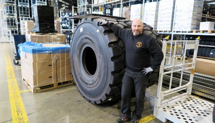 TIL TYSKLAND: Dumperdekket ContiMine er innom Norge på snarvisitt og skal tilbake til Tyskland, sier Bjørnar Lintho som har vært lagerarbeider hos Continental i 17 år.