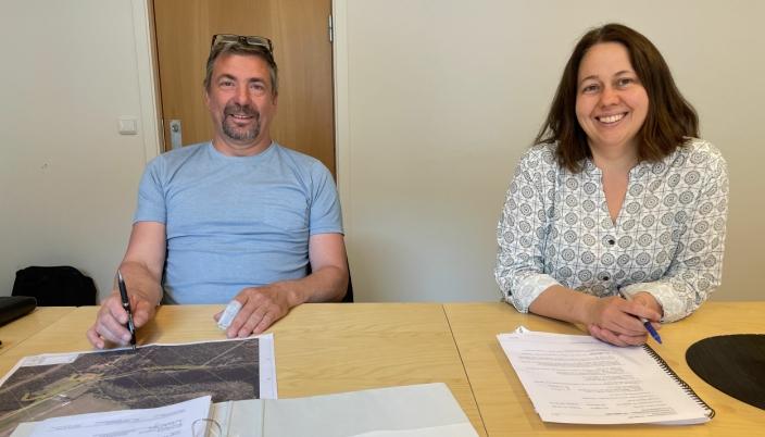 Prosjektleder Per Ivar Winsnes i Winsnes Maskin & Transport AS og prosjektleder Janne Staulen Venes i Statens vegvesen signerte kontrakten 28. juni.