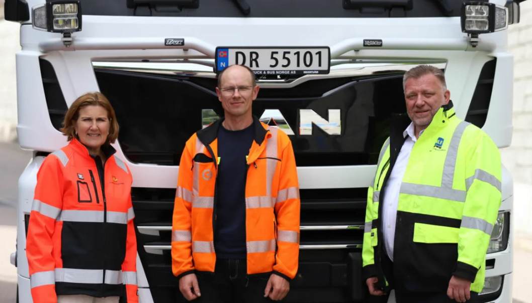 F.v: Direktør i Statens vegvesen Ingrid Dahl Hovland, sjåfør i Jakheln Transport, Andrius Daminskis og direktør i NLF Geir A. Mo.