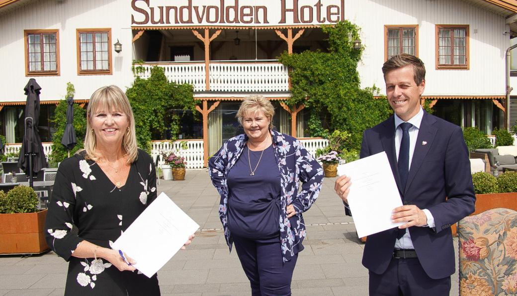 Anette Aanesland (adm. direktør i Nye Veier) og samferdselsminister Knut Arild Hareide signerte kontrakten på Sundvollen. Statsminister Erna Solberg var også tilstede.