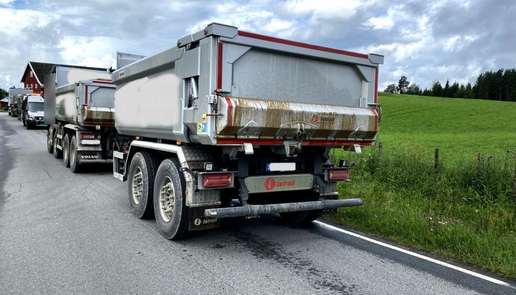 En mobil utekontroll fra Statens vegvesen kontrollerte disse to vogntogene i Innlandet 7. juli. Begge hadde solid overlast.