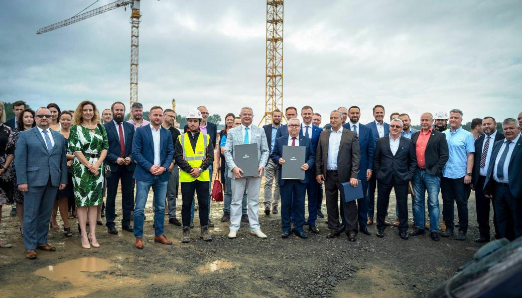 Bilde fra tomten der Hegelmann Group bygger et stort transportsenter i Żarska Wieś i Polen. På bildet er blant andre representanter for Hegelmann og for Strabag som bygger det store transportsenteret. Åpningen av senteret er planlagt i midten av 2022.