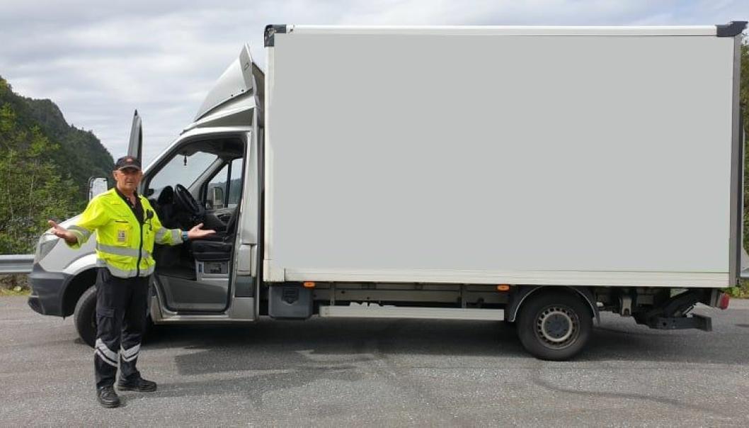 STO IGJEN: Seniorinspektør Rolf Rosberg i Statens vegvesen i Bergen står her ved den ulåste flyttebilen. Foto: Statens vegvesen