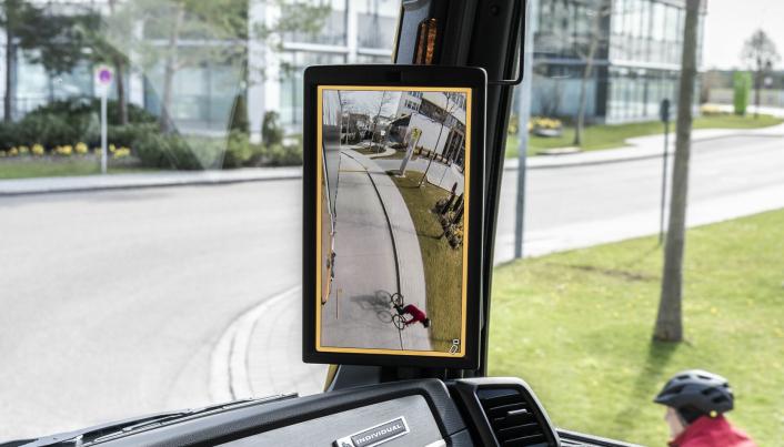 Ved hjelp av vidvinkelfunksjonen er det enkelt å se en syklist på siden av kjøretøyet.