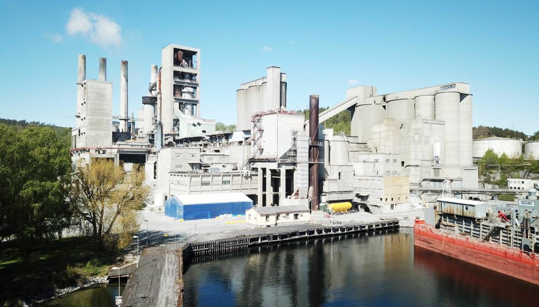 BREVIK: Norcem-anlegget i Brevik. Norcem er en del av HeidelbergCement Group, en av verdens største produsenter av byggematerialer, og er markedsledende innen tilslag, sement og betong. Konsernet har ca. 55.000 ansatte på over 3000 steder i mer enn 50 land. Foto: Norcem Foto: Norcem