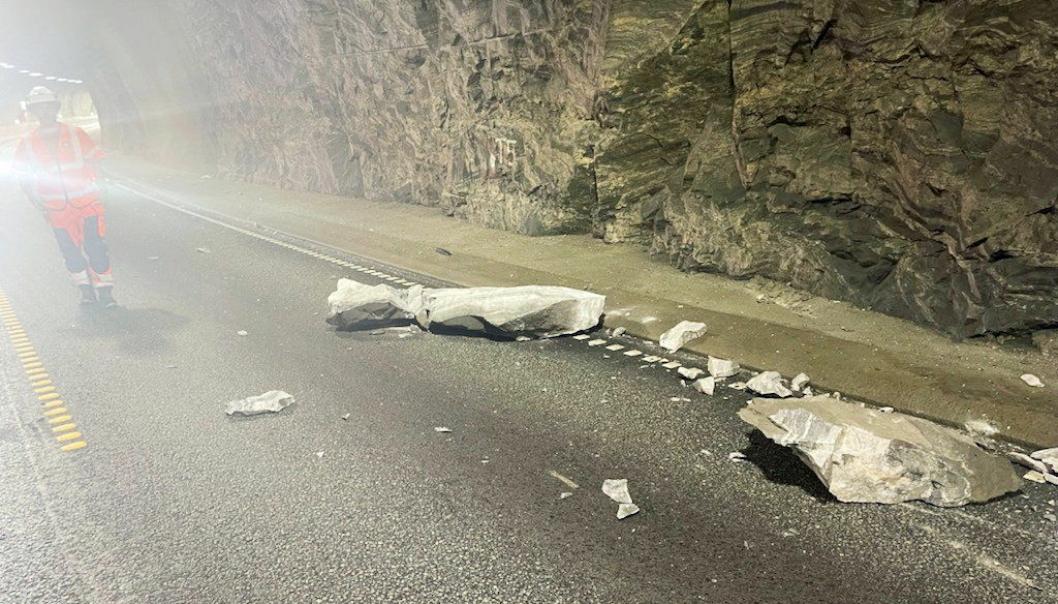 ALVORLIG: En ca. ett tonn tung steinblokk falt ned på veibanen i Trodaltunnelen på E39 i Masfjorden kommune i Vestland, nord for Bergen. Foto: Mesta