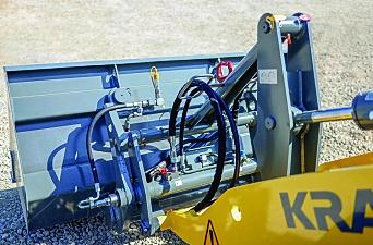 AUTOMATISK: Kramer lanserer «Smart Attach» som kobler til redskap og olje uten at føreren trenger å forlate hytta. Foto: Kramer