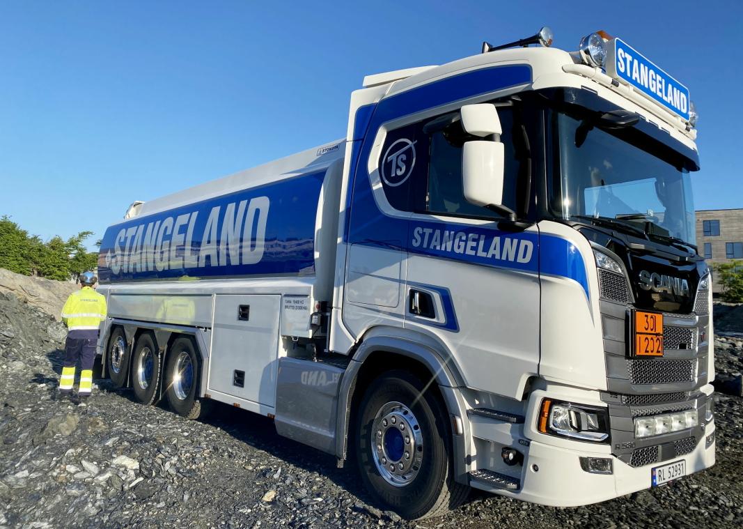 NY: En av de nyeste bilene til Stangeland Maskin er en Scania R580 tankbil. Foto: Stangeland