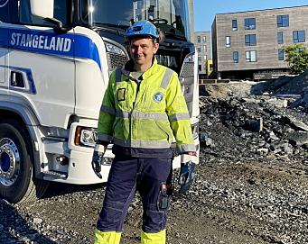 KJØRER DRIVSTOFF: Henning Salte har kjørt tankbil siden 2007. Foto: Stangeland