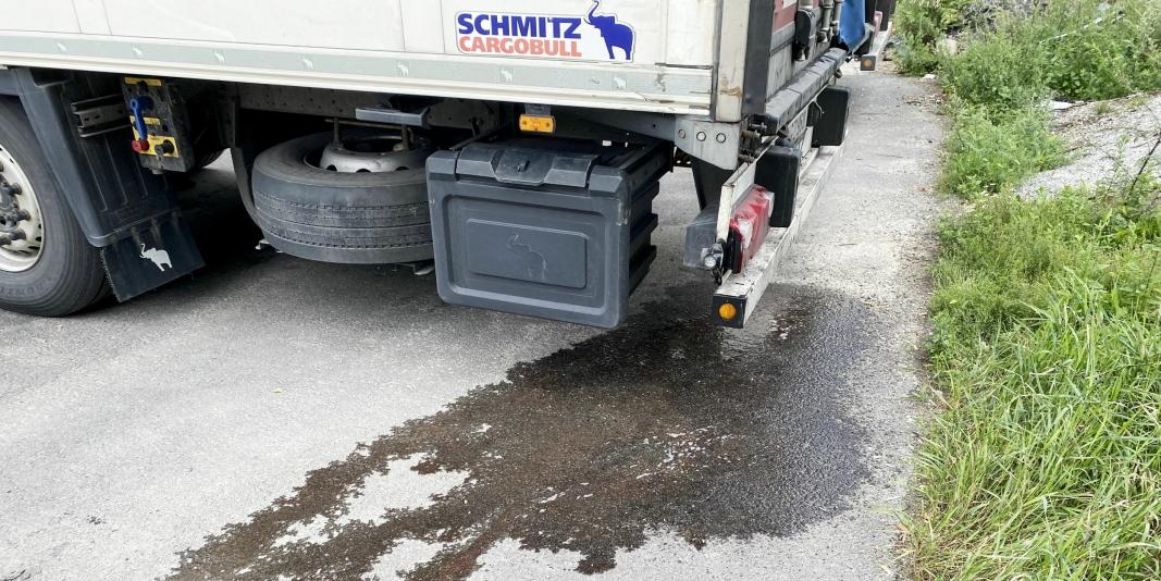 RENNER: Bildet er fra den aktuelle kontrollen på Jessheim da seks vogntog fikk bruksrett på grunn av avrenning fra lasten. Foto: Statens vegvesen